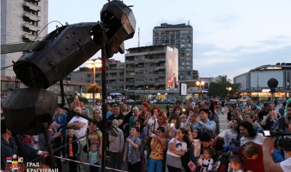 """Spektakl za mališane: Lutka visoka 6 metara na otvaranju """"Zlatne iskre"""" (FOTO)"""
