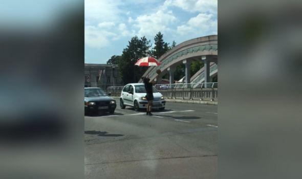 NESVAKIDAŠNJE: Žongler zabavljao vozače na raskrsnici kod Zelene pijace (VIDEO)