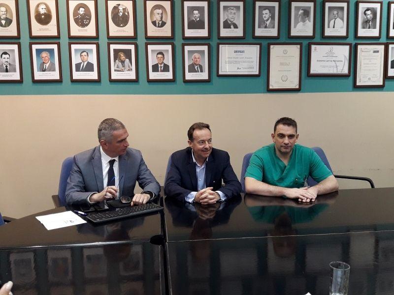 Stručnjak spinalne hirurgije iz Francuske operiše u KC Kragujevac, naši lekari usvajaju mini-invazivnu metodu