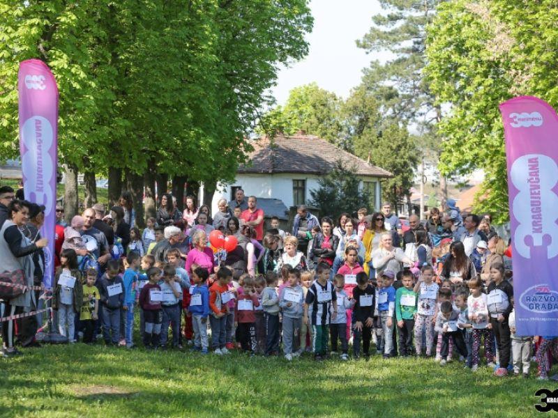 Odrasli potpisivali peticiju da grad preuzme brigu o Eko parku, 280 dece učestvovalo u krosu (FOTO)