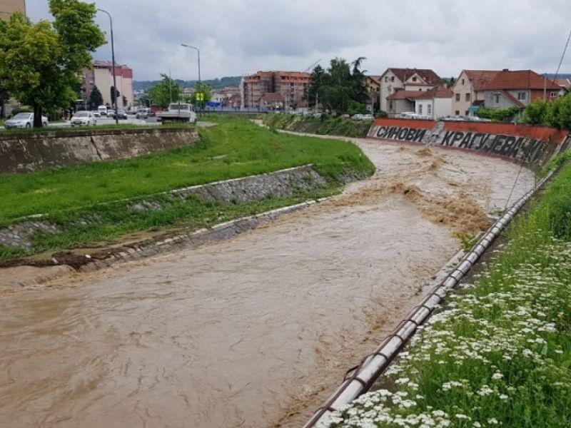Kragujevac okružen poplavama, Lepenica nabujala, voda pravi probleme u pojedinim naseljima (FOTO)