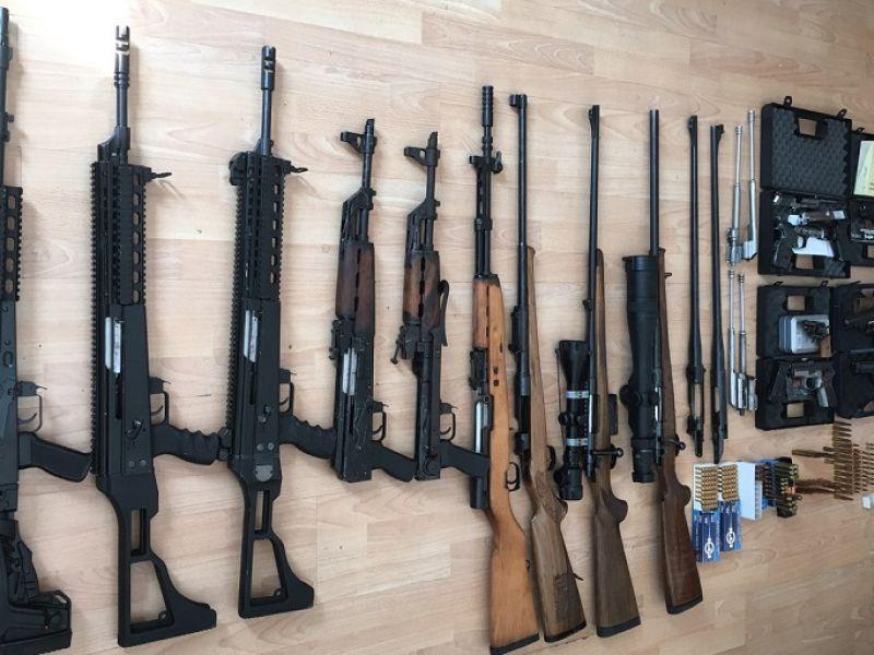 VELIKA ZAPLENA ORUŽJA: U stanovima držali automatske puške, pištolje, gomilu municije (FOTO)