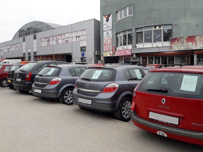 AERODROMCI SE GODINAMA BORE ZA PARKING: Prodavci polovnih automobila se odomaćili, pravni status vezuje ruke