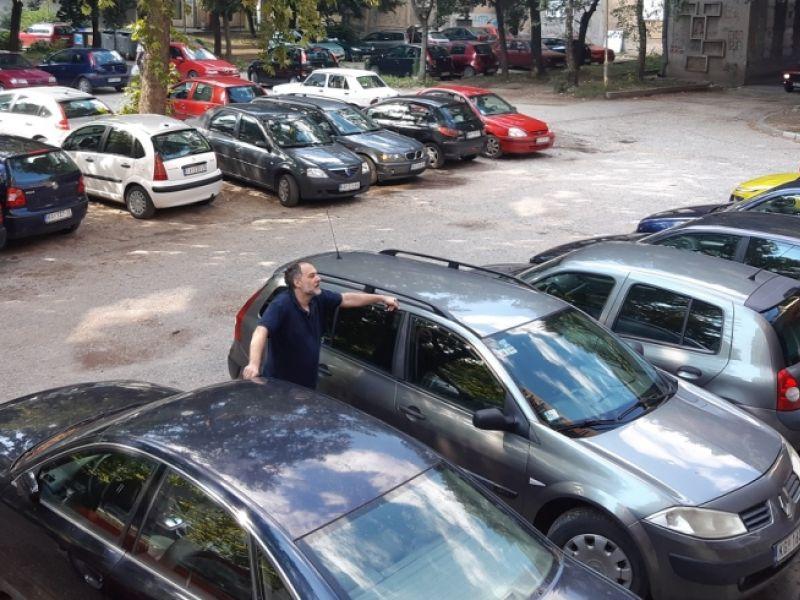 Parking u centru grada u OČAJNOM stanju, sve se RASPADA: Ima li nade da će biti sređen? (FOTO)