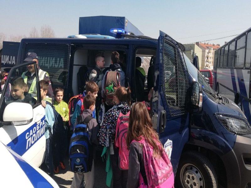 Učenici se družili sa policajcima: Razgledali službena vozila i opremu, upoznali pse (FOTO)