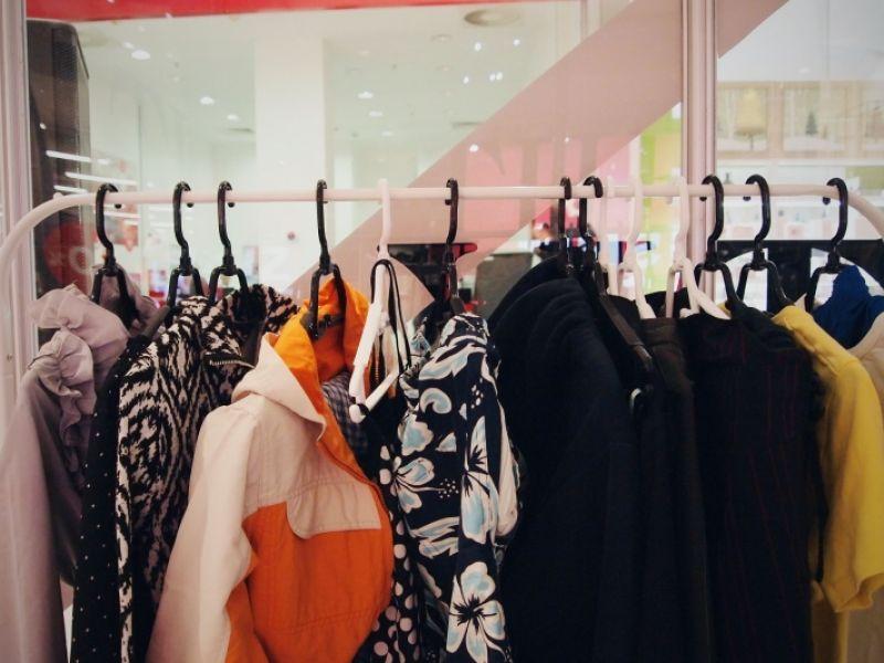 BRAVO ZA HUMANOST: U The Empty Shop-u za mesec dana prikupljeno gotovo TRI TONE garderobe (FOTO)