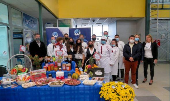 """Svetski dan hrane: Učenici TUŠ """"Toza Dragović"""" preuzeli uloge prodavaca, pa dobili namirnice da spreme obroke za drugare"""