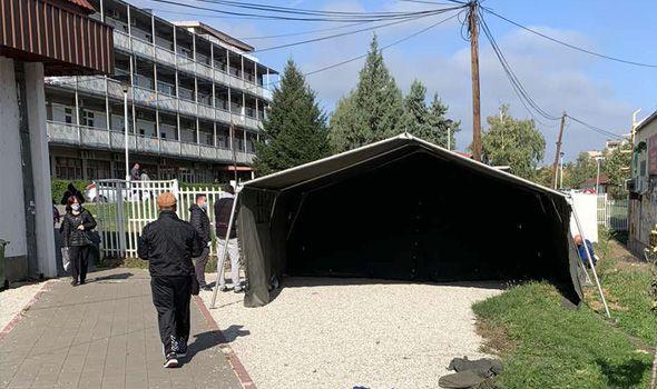 Postavljeni šatori ispred KOVID ambulante (FOTO)