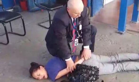 SKANDALOZNO ZLOSTAVLJANJE: Obezbeđenje na autobuskoj stanici zbog peronske karte putnicu savladalo kao kriminalca (VIDEO)