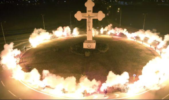 Kragujevac ne da svetinje! Paljenjem baklji oko krsta na ulazu u grad pružili podršku građanima Crne Gore (VIDEO)