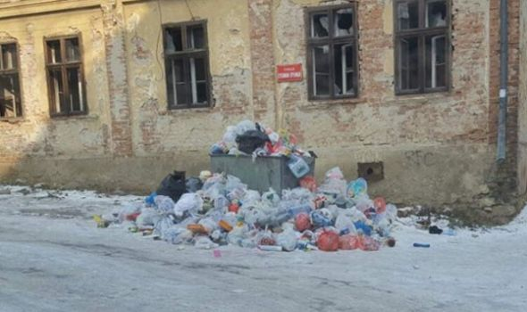 Kragujevac i dalje muku muči sa smećem, kontejneri puni i po 15 dana