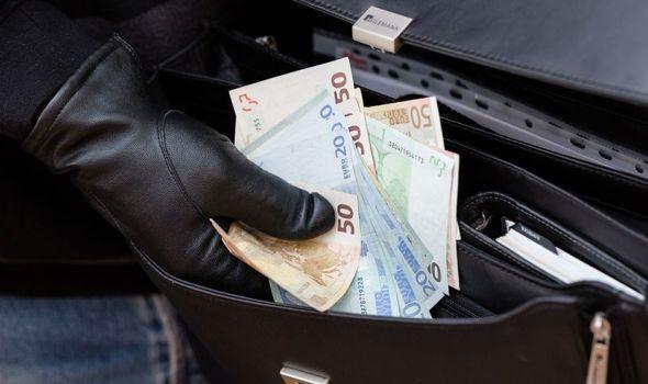 INFOKG SAZNAJE: Razbojnik sa pumpe blagajnik koji je odneo 1,5 miliona evra iz banke i zakopao ih po Šumaricama!