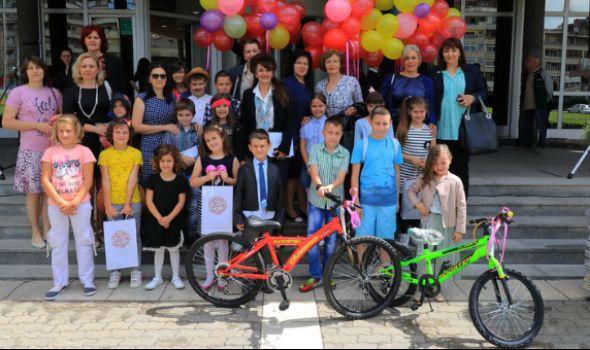 Obeležen Dan porodice: Mališani nagrađeni biciklama, slatkišima i izletom