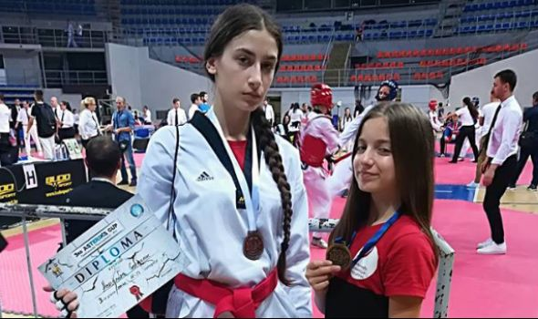 Tekvondo akademija Kragujevac: Elena osovojila zlato, a Aleksandra bronzu u Nišu
