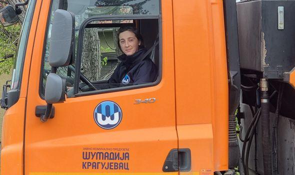 Kragujevčanka razbija stereotipe: Vozi kamion za odvoženje smeća (FOTO)