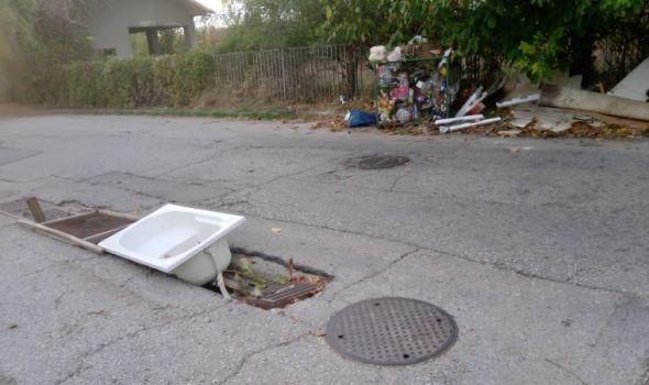 """OVO JE DANAS NAŠ GRAD: U rupi za kišnu kanalizciju KADA, a sve """"ulepšano"""" gomilom smeća (FOTO)"""