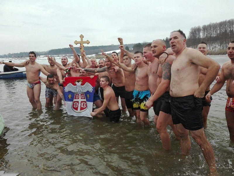 Najmlađi plivač LAZAR MAKSIMOVIĆ nosilac Bogojavljenskog krsta Šumadije 2019 (FOTO)