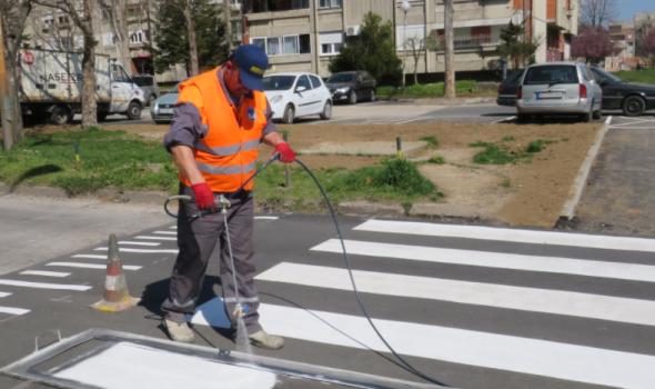 Postavljena platforma za usporavanje saobraćaja u Atinskoj ulici