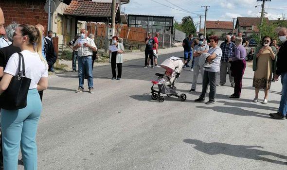 Meštani Bresničke blokirali ulicu Užičke republike da bi gradska vlast asfaltirala njihovu (FOTO)