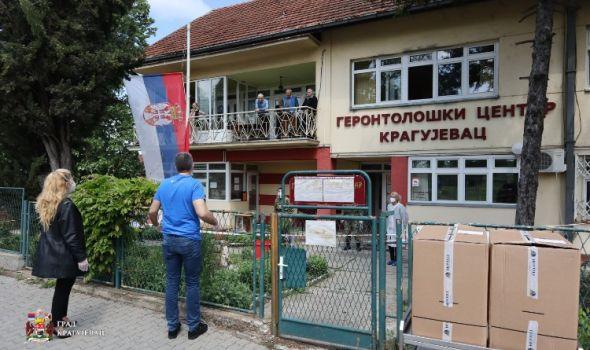 """Ministar Đorđević uručio trajna zaštitna odela zaposlenima u Geontološkom centru i """"Malim Pčelicama"""""""