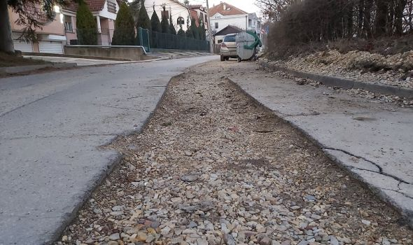 "Žive u ""ekstra zoni"", a do do domova dolaze kroz blato, prašinu, lomeći kola (FOTO)"