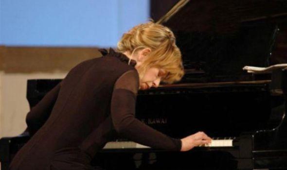 O svetlosti, o nežnosti: Pijanistkinja Nada Kolundžija u Prvoj gimnaziji