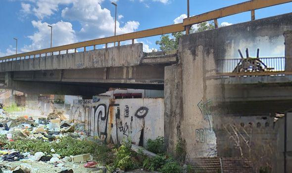 Raspada se NADVOŽNJAK, urušava se VODOTORANJ, a ispod toga divlja deponija (FOTO)