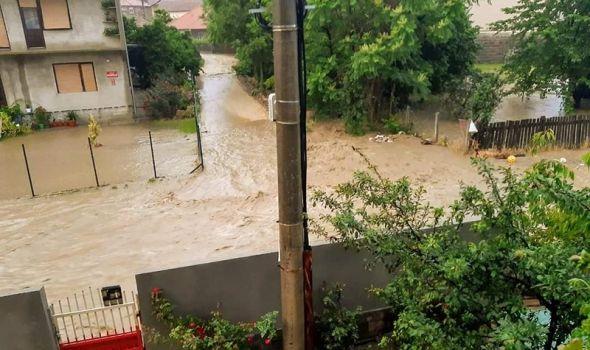KIŠA OPET NAPRAVILA HAOS: Građani nemoćno gledali kako im voda plavi kuće i dvorišta, izliveni potoci (FOTO/VIDEO)