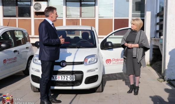 """Domu zdravlja nova vozila, Đukić Dejanović poručila: """"U Kragujevac ljudi žele da dođu i da stvaraju porodicu"""""""