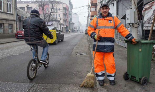 Šta Novica nađe dok čisti ulice to uvek vrati vlasniku, a poslednji put je u pitanju bila TORBA SA OGROMNOM SUMOM NOVCA