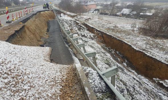 Obrušio se deo puta Kragujevac - Batočina (FOTO)