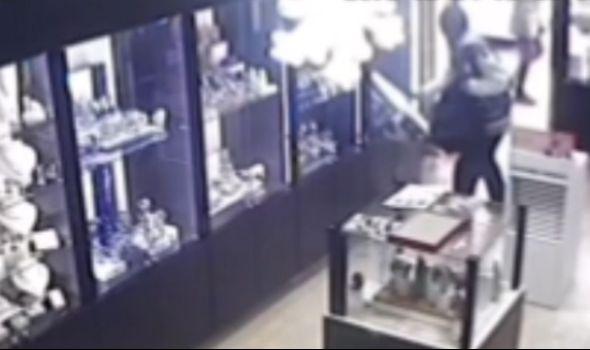 Đani ponovo na meti lopova: Muškarac sa fantomkom usred dana upao u zlataru, polomio staklo i ukrao satove (VIDEO)