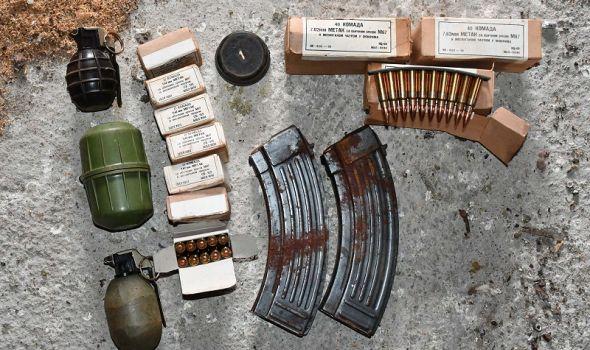 Kod Kragujevčanina u kući pronađeni arsenal oružja i marihuana (FOTO)