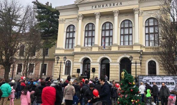 Deda Mraz doneo duh novogodišnje čarolije u Kragujevac i podelio 300 paketića (FOTO)