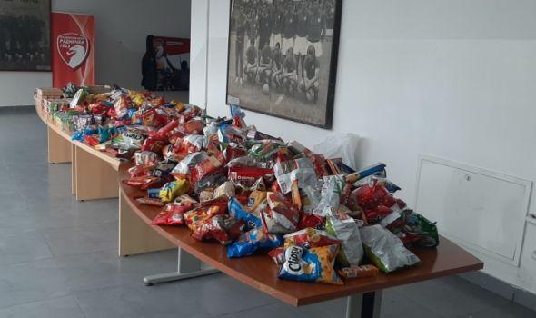 """""""Đavoli"""" s humanim sugrađanima napravili paketiće, prihod od prodaje ZA OLIVERA (FOTO)"""