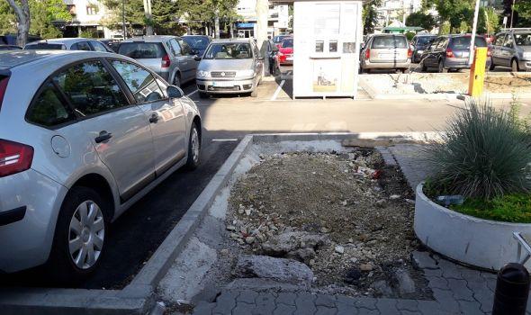 KADA ĆE BITI SREĐENO: Oko rekonstruisanog parkinga ostao HAOS (FOTO)