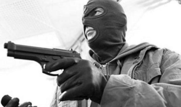 Maskiran fantomkom pretio oružjem i opljačkao prodavnice i apoteku