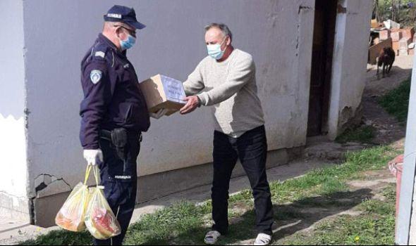 Najstarijima pomažu i kragujevački policajci
