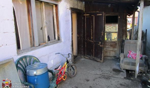 Porodica Nikolić živi bez kupatila i struje, deca uče pod svećom (FOTO)