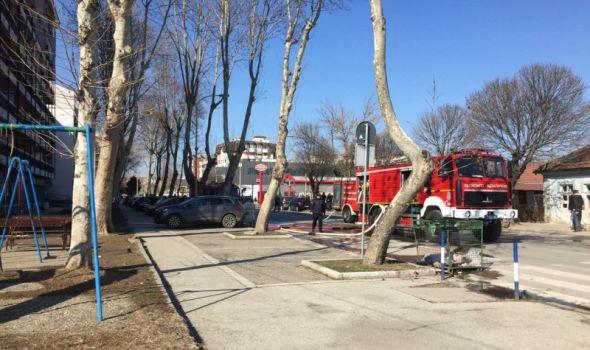 """Izgorela dva stana kod """"Lepe Brene"""": Stanari evakuisani, trojica vatrogasaca upućena u Klinički centar (FOTO)"""