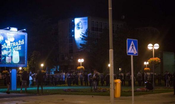 InfoKG saznaje posledice divljanja drugog dana protesta: Uništeno 6 vozila PU, povređena 4 policajca, a šta je sa privedenim građanima?