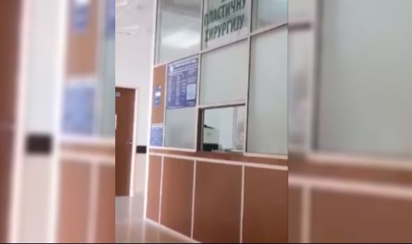 NOVI SKANDAL: Medicinska sestra puši za šalterom – oglasio se Klinički centar (VIDEO)