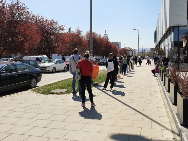 PAR SATI PRED DVODNEVNI KARANTIN: Kako se pripremaju Kragujevčani? Redovi beskonani, čeka se i iza pošte (FOTO)