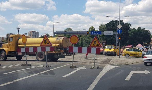 Saobraćajni kolaps: Zatvorena raskrsnica kod Zastavinog solitera, prolongirano otvaranje dela Knez Mihailove (FOTO)