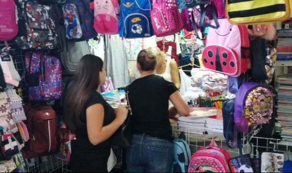 ŠKOLSKI BAZAR: Sve za đake po akcijskim cenama na Šarenoj pijaci (FOTO)
