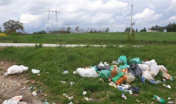 Dračani očajni zbog (ne)iznošenja smeća: Psi rastrgnu džakove, nadležni odnesu samo cele, a rasuti otpad ostaje (FOTO)