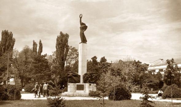 STARI KRAGUJEVAC - Znamenita mesta, stara zdanja i objekti - SPOMENIK PALIM ŠUMADINCIMA