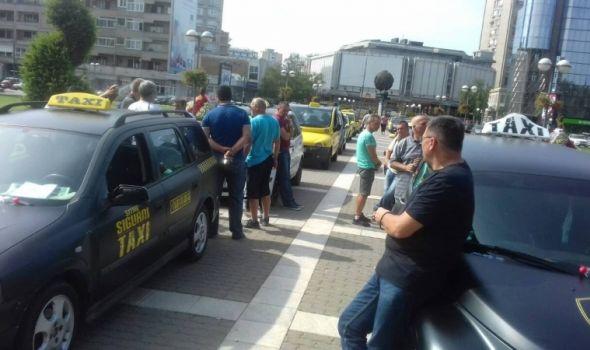 Protest taksista, nameravaju da noće ispred zgrade Gradske uprave (FOTO)