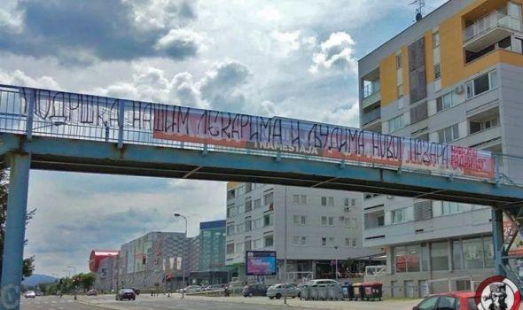 Gest je ganuo mnoge: Navijači Radničkog postavili transparente, podrška lekarima i Novopazarcima (FOTO)