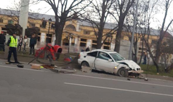 BMV-om razvalio deo ograde parka kod Zelene pijace – Grad: Sanacija u najkraćem roku (FOTO)